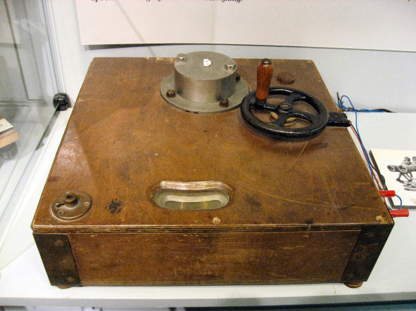 The experimental position transmitter. The position is adjusted with the hand wheel and transmitted to the receiver.