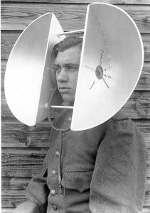 Luistertoestel gebaseerd op parabolen; opblaasslang en oorkussens goed zichtbaar