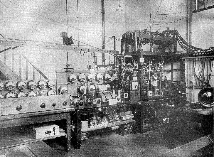 Experimentele zender PCJJ in 1927 van telefonie met Nederlands Oost-Indië, golflengte 30,2 m (9,936 MHz), vermogen 25 kW.