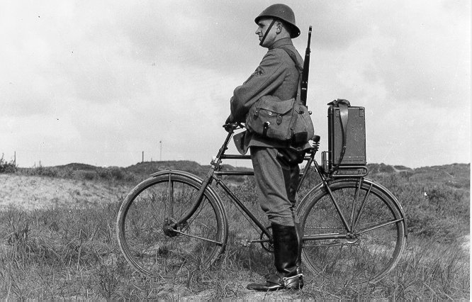 Transport of the military UHF transmission-receiver unit (NSF type DR-42) on a bike