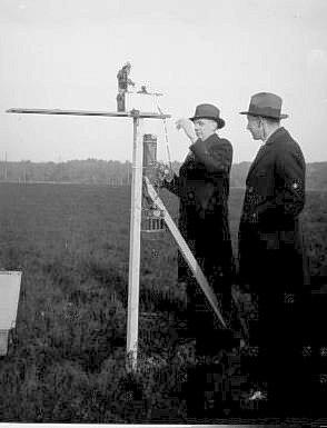 Ontvangst van de 5 m vliegtuigzender; Von Weiler (links) en Van Soest (rechts)