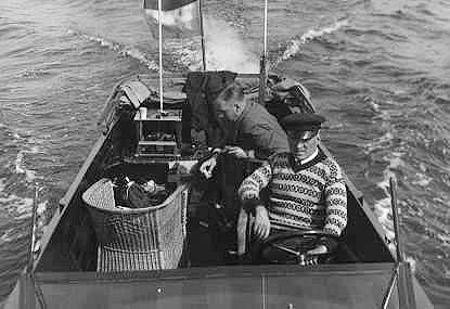 """Von Weiler vaart met het zenderdeel van de ultrakortegolf zend-ontvanger op de Westeinder Plassen naar de meetlocatie. Dit zenderdeel, links achter in de boot, is een pré-prototype dat het """"tempelmodel"""" werd genoemd."""
