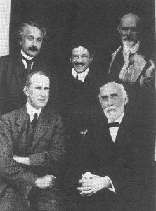 De Sitter (rechtsboven) in gezelschap van Eddington, Lorentz, Ehrenfest en Einstein