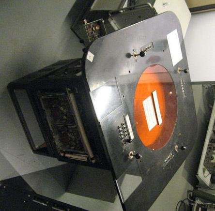 Beeldscherm H50 van het Teletrack systeem voor het semiautomatisch volgen, verwerken en overseinen van radardoelen.