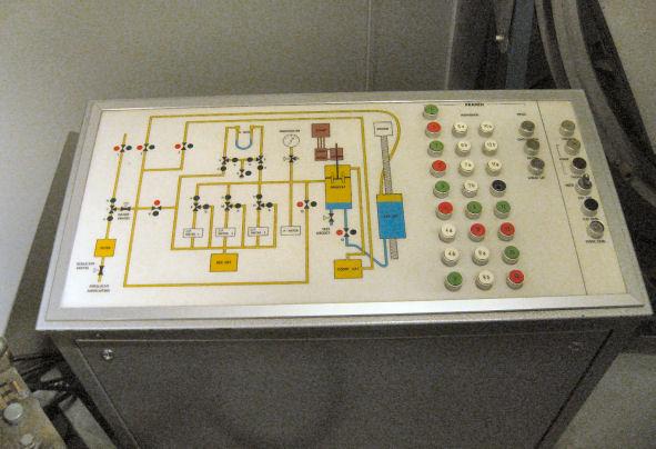 Bedieningspaneel druksimulator voor onderzoek aan druk-geactiveerde zeemijnen (1975)
