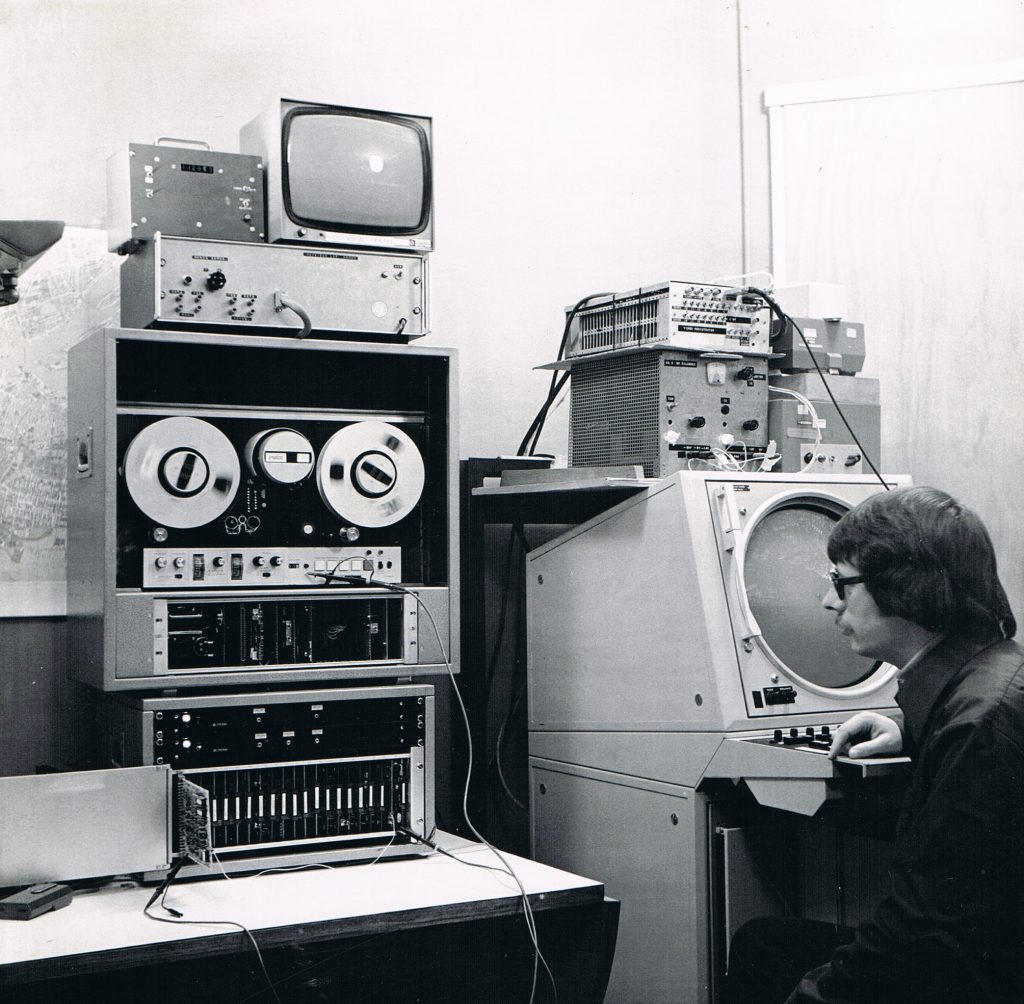 Tests for the shore radar system at the Sluisjesdijk in Rotterdam. On the table is the measuring extractor, above that the video recorder to record the radar signals.