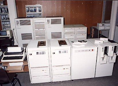 DEC VAX 6310 met de TA90E op de voorgrond, de VAX 6410 op de achtergrond