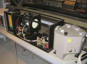 FLORIS 2 nabewerking:De met de lijnscanner in het vliegtuig gemaakte opnamen werden via een Ampex-videorecorder op de grond afgespeeld naar deze fotokast en op 70 mm kleurenfilm opgenomen.