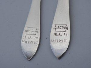 Close-up van twee paplepels met toegevoegde naaminscripties