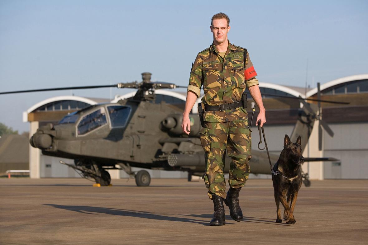 Bewaker bij Apache op vliegbasis Gilze-Rijen (Foto: Maartje Roos)