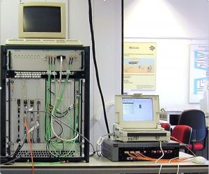De MEDIAN-testopstelling met links de high-speed processing en radiofrequente unit.