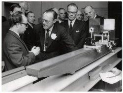 Z.K.H. Prins Bernhard bij rondgang door het net geopende Physisch Laboratorium (Beeldarchief Gem. Den Haag)