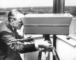 The Prince operates the experimental laser distance meter on the roof of the newly opened TNO Physics Laboratory