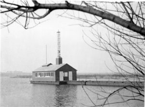 Measuring station Nootdorp (Roeleveense plas) with a hoist tower and bridge (after 1961)