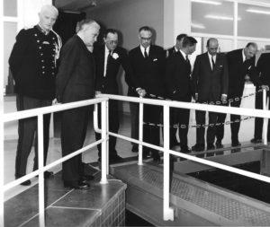 De prins bezoekt het nieuwe basin voor onderwaterakoestisch onderzoek