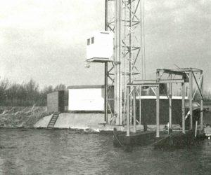De lift met radarhut in de toren, de meetcabine en de ponton met takel