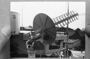 Screw thread TacSatCom antenna with rotator on top of a stabilisation platform aboard HNLMS Evertsen