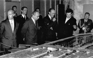 ZKH Prins Bernhard bekijkt op 28 juni 1966 de maquette voor het onderzoek naar de bebakeningsverlichting van de Falberaksluizen